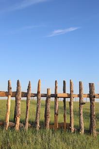 草原蓝天背景的木栅栏