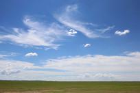 草原上的白云和蓝天