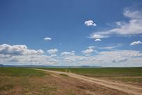 草原上的土路风光