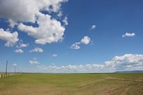 蓝天白云下的广袤草原