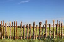 蓝天背景的木栅栏