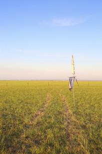 蓝天下草原清晨
