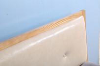 美丽的实木大床皮质