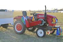 清晨草原拖拉机