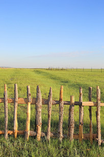 一望无际草原上的木栅栏