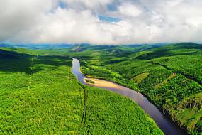 穿越绿色林海的河流 (航拍)