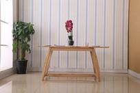 美丽的餐桌和花瓶