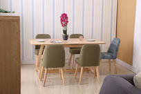 美丽的餐桌和椅子