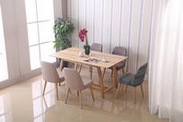 美丽的吃饭桌和花