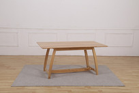 美丽的吃饭桌角和灰地毯