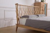 美丽的床靠栏杆侧面