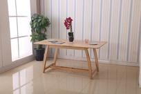 美丽的书桌和花