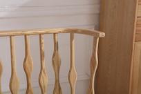 美丽的原木床栏杆