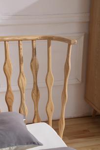 美丽的原木床栏杆特写