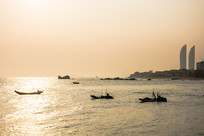 夕阳下的船只