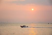 夕阳下的快艇