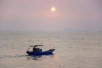 夕阳下的渔船
