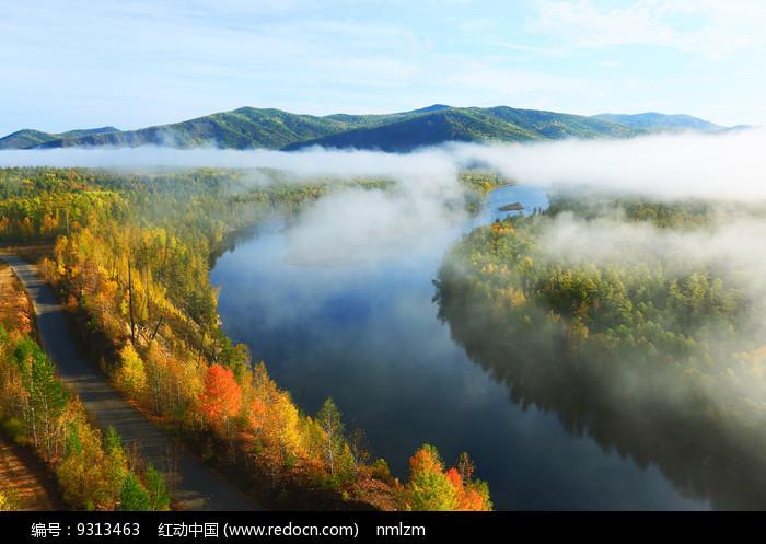 大兴安岭森林河云雾秋景图片