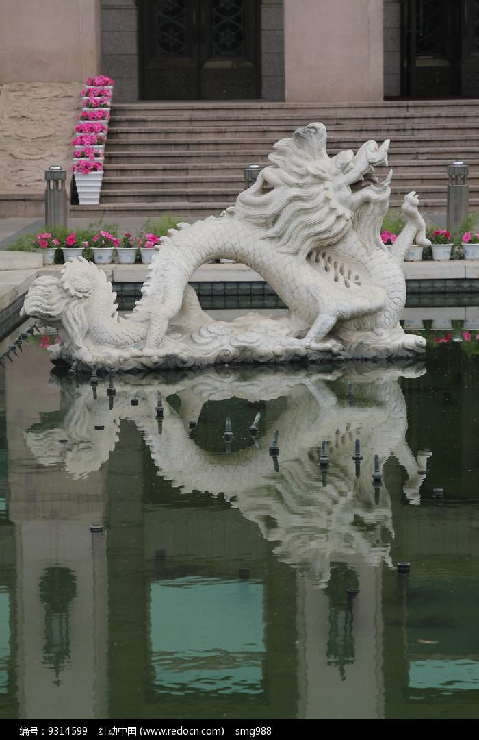 倒影在水中的石雕飞龙图片