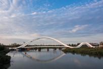 蓝天白云下的凌波桥