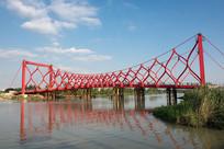 蓝天下的剪影桥