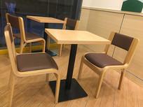 餐厅室内干净木桌椅
