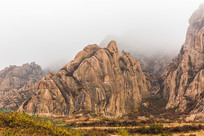 高速公路旁的石头山