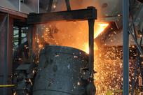 火花四溅的铸造铁水出炉