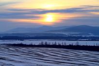 夕阳下的雪色农田