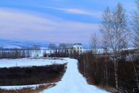 雪原小路和乡村楼房