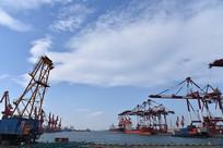 繁忙的青岛码头港口