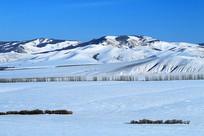 白雪覆盖的山地雪原