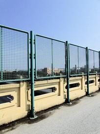 高清道路交通栅栏护栏摄影图