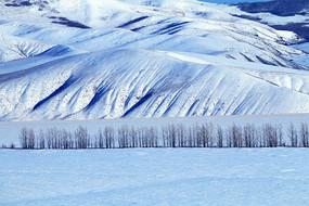 寒冬山地雪色风光