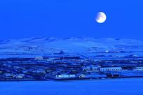 寒冬时节的雪原月光村庄