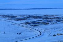 暮色下的雪原村庄