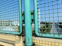 铁路栅栏护栏锈迹斑斑摄影图