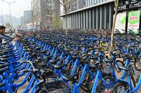 地铁口的共享单车
