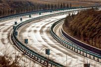 黄昏的高速公路弯道