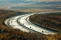 黄昏时刻的高速公路弯道