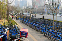 街头的小蓝共享单车