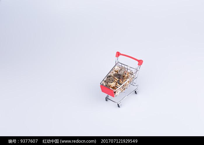 俯拍购物车里的金币图片