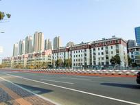 城市建筑群路边摄影图