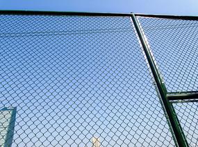 绿色铁丝网护栏高清摄影图