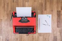 俯视打字机和办公用品