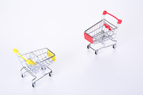 两台对峙的购物车