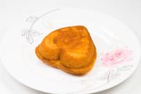 白色盘子里的心形鸡蛋糕