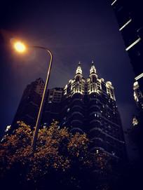 灯光下的建筑