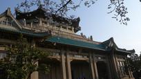 武大图书馆正门