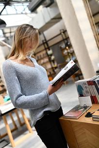 美女看书在图书馆